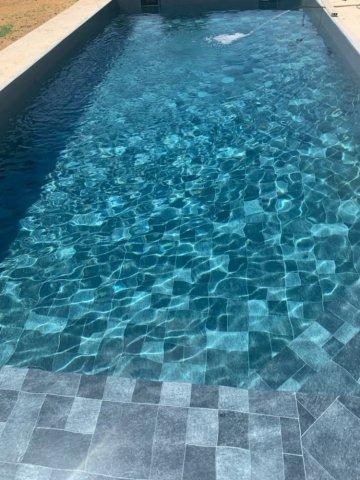 Couleur de l'eau PVC Armé SOPREMAPOOL DESIGN PIERRE DE BALI et SOPREMAPOOL PREMIUM GRIS BASALTE